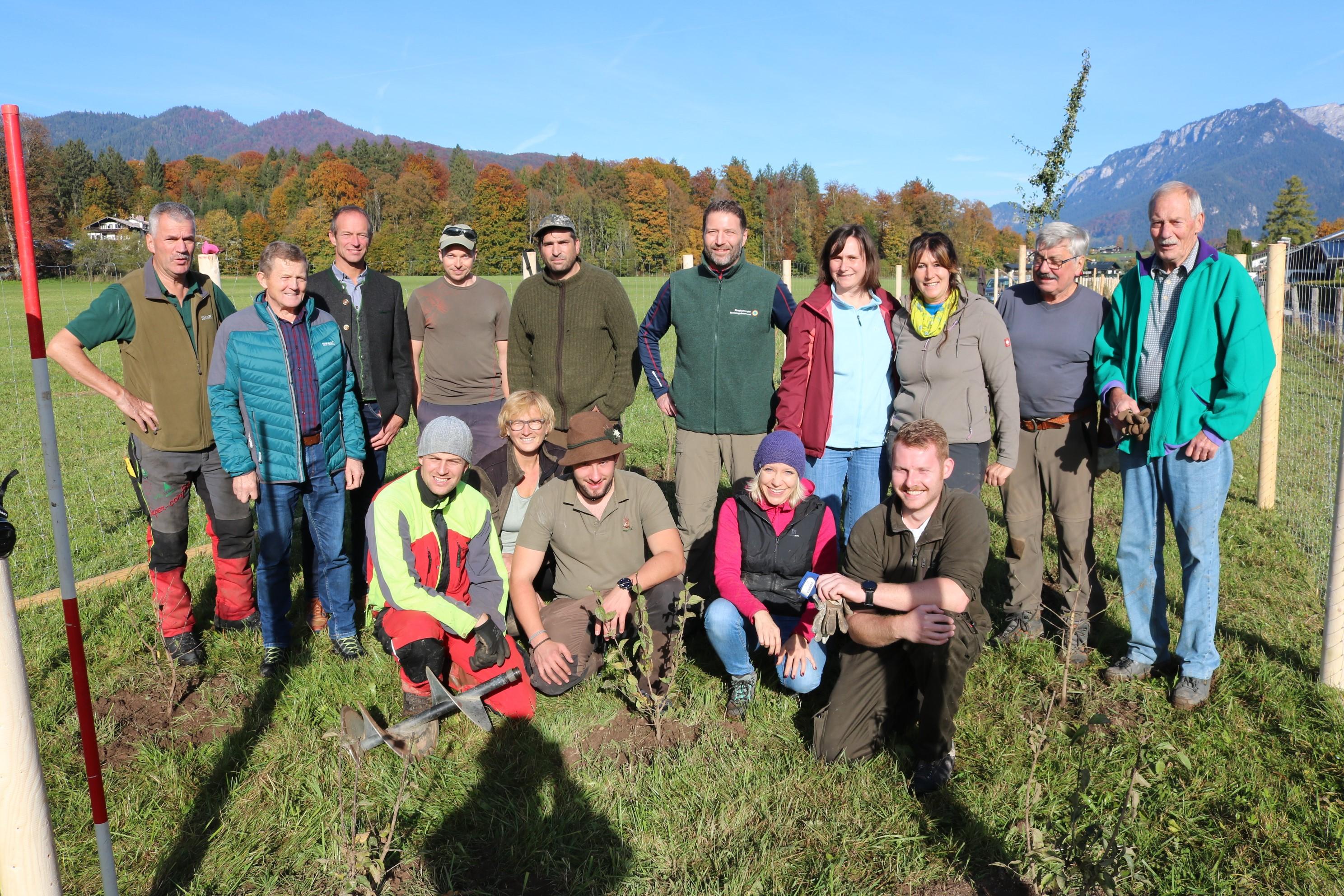 Alle Beteiligten freuen sich über die Biosphären-Hecke in der Schönau